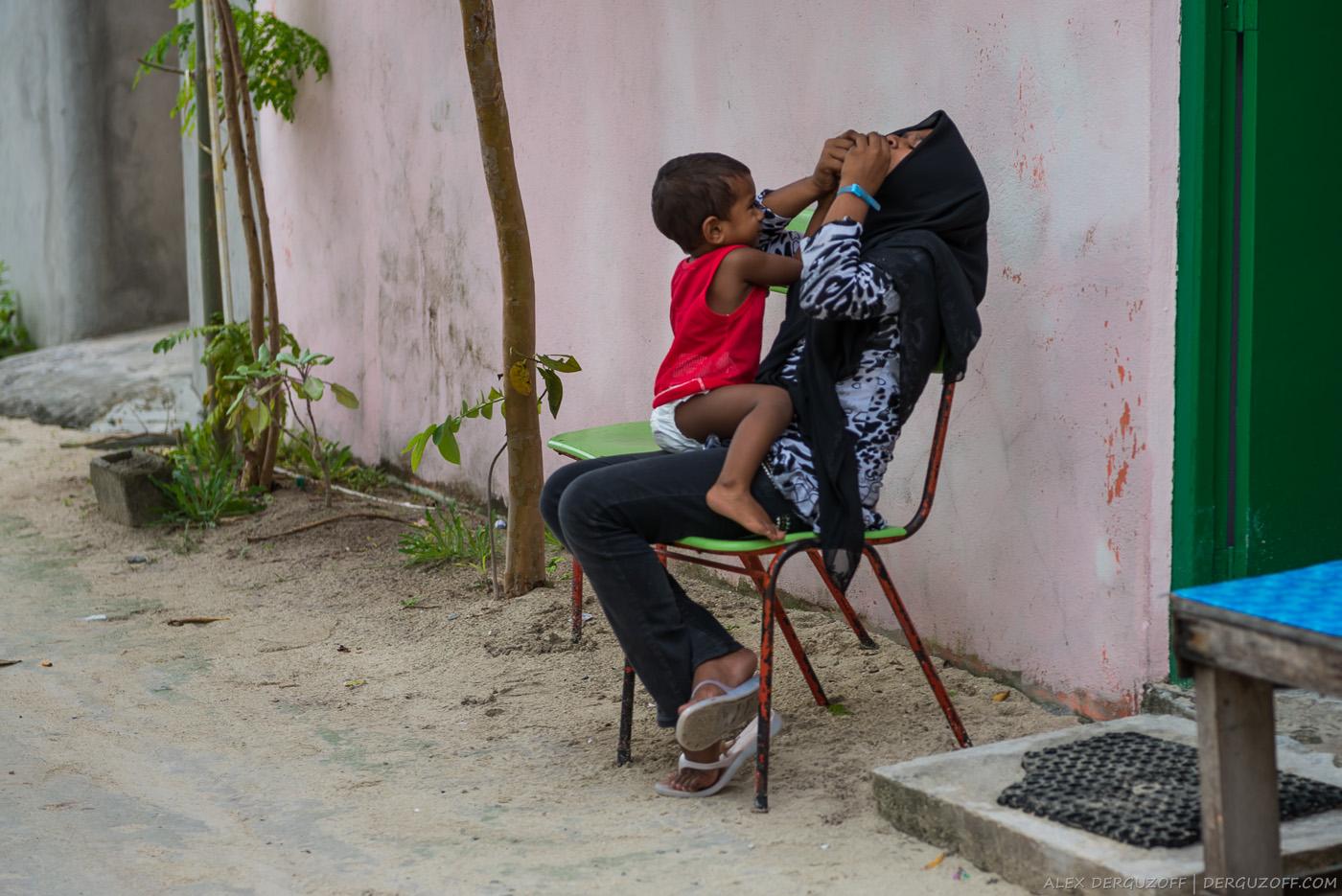 Женщина с ребенком Мальдивы