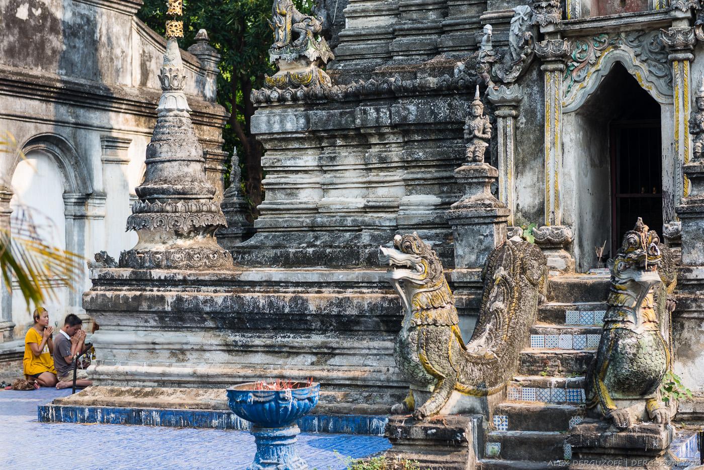 Буддисты возле храма Таиланд