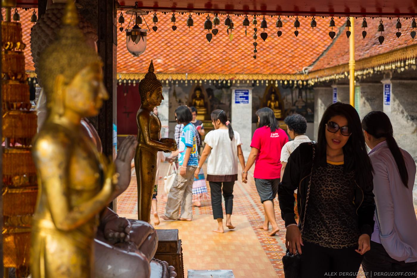 Тайцы в храме Чиангмай