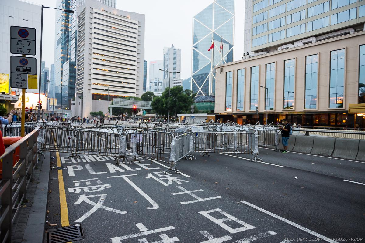 Гонконг революция зонтиков перекрытый революционерами участок дороги