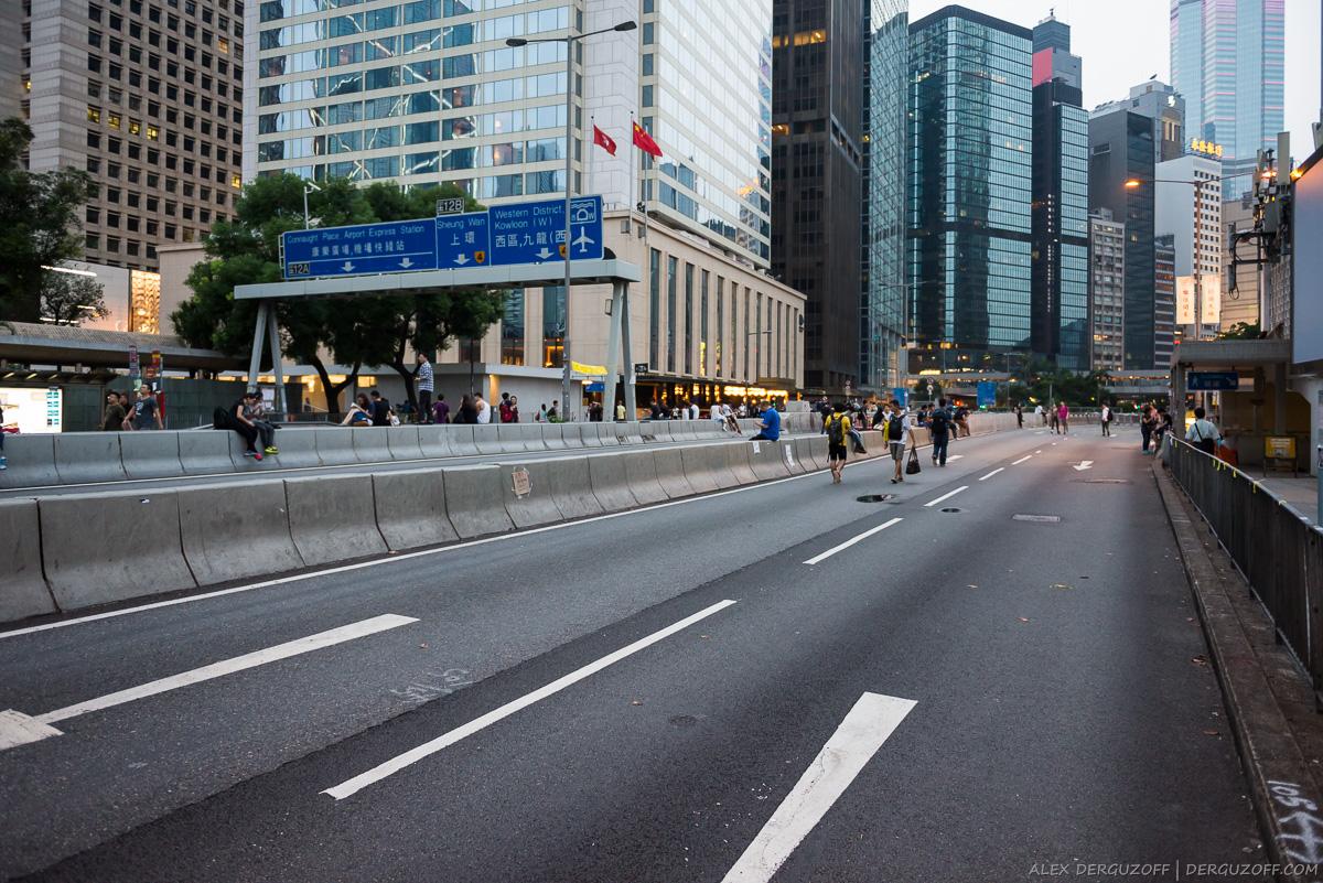 Пешеходы на проезжей части дороги