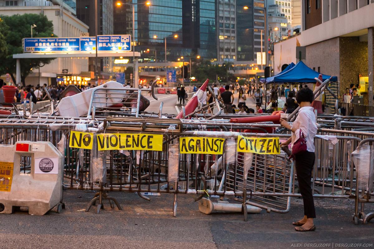 Женщина перед баррикадой нет насилию против граждан