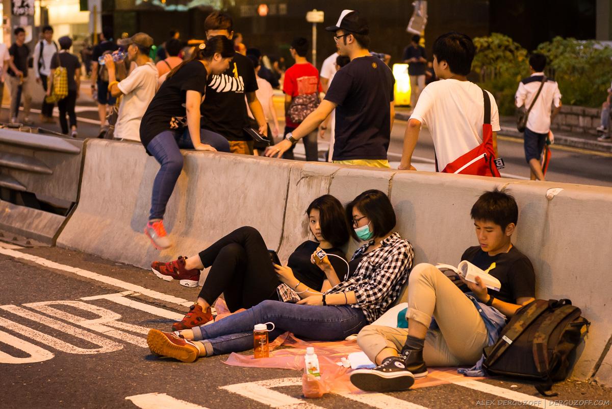 Участники протестов сидят на проезжей части дороги