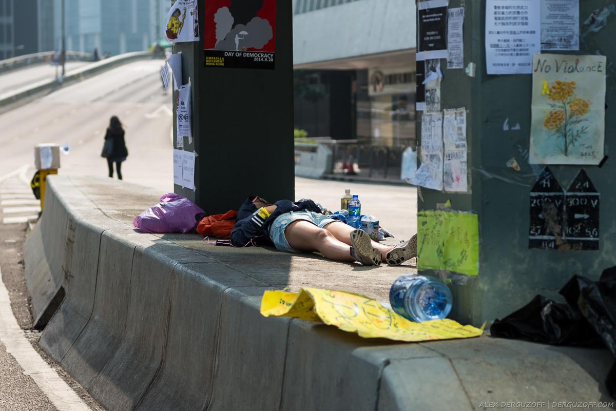 Спящий на дороге участник протестов