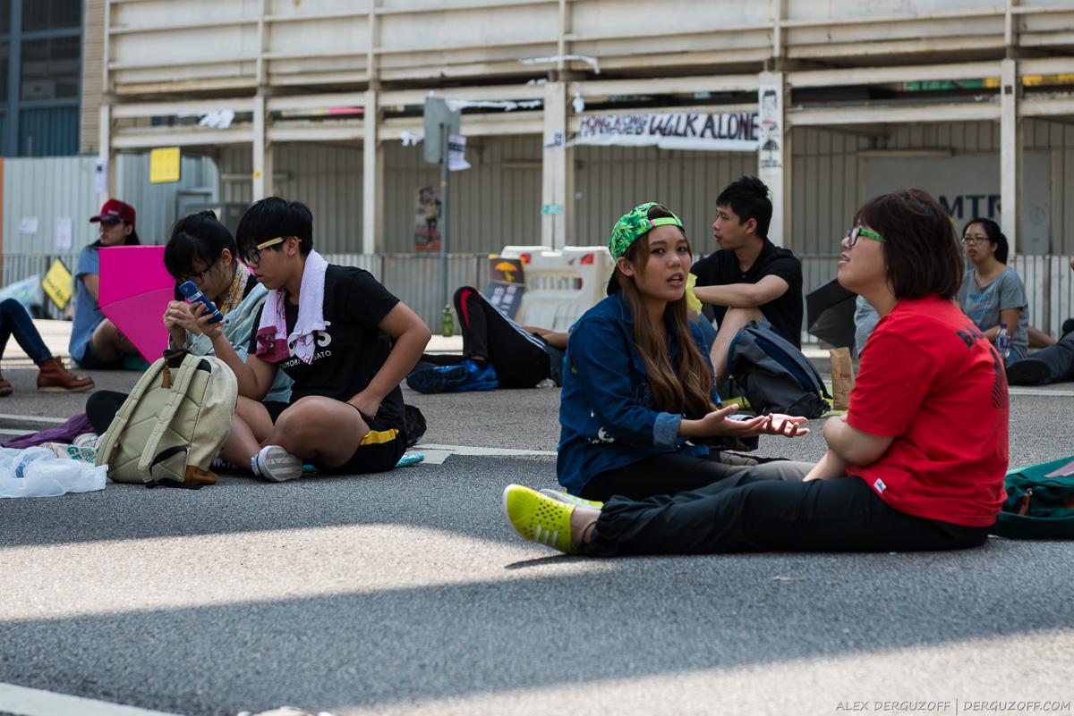 Молодые революционеры сидят на дороге