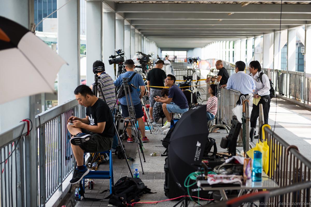 Журналист зевает в огороженной для прессы зоне