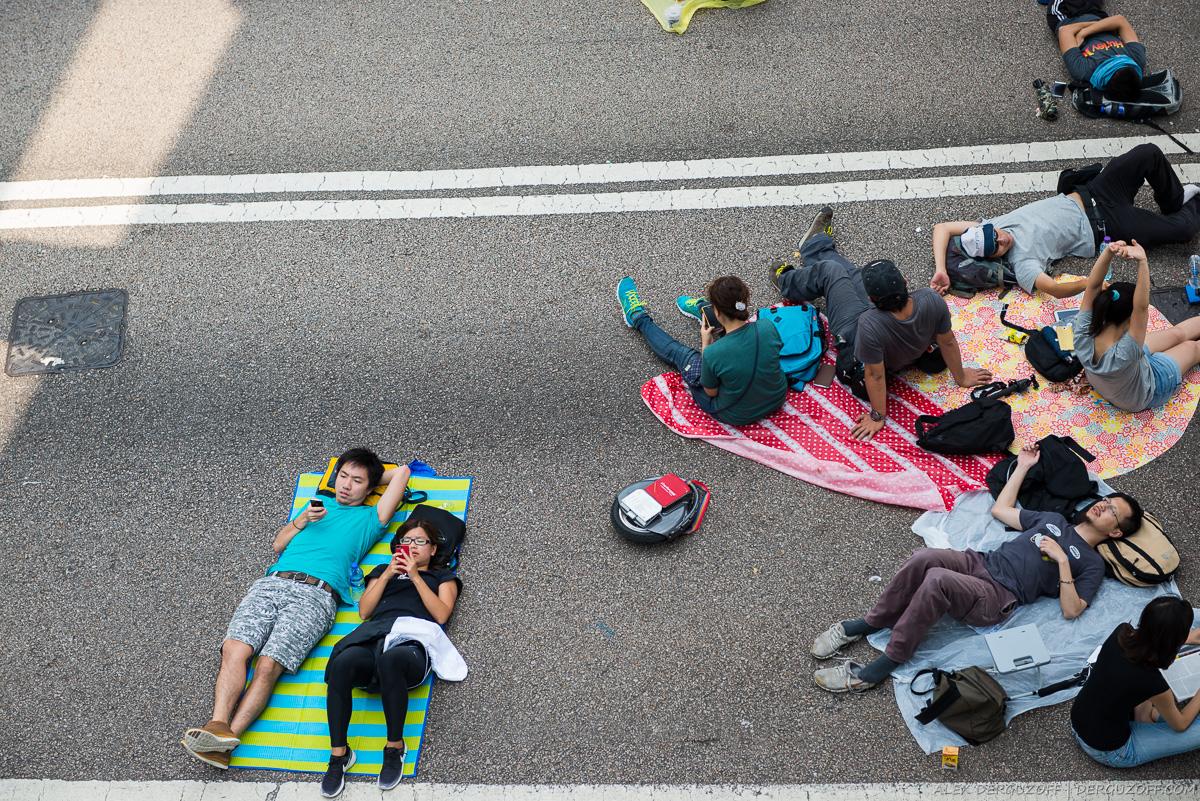 Скучающие революционеры лежат на дороге