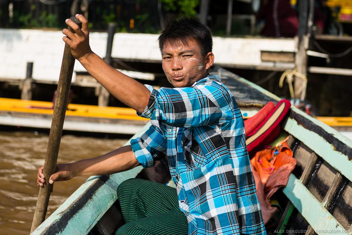 Водитель лодки с веслом