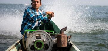 Лодочник за рулем Мьянма озеро Инле