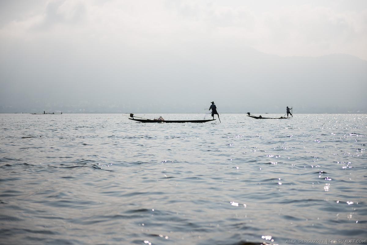Рыбаки с сетями на озере Мьянма