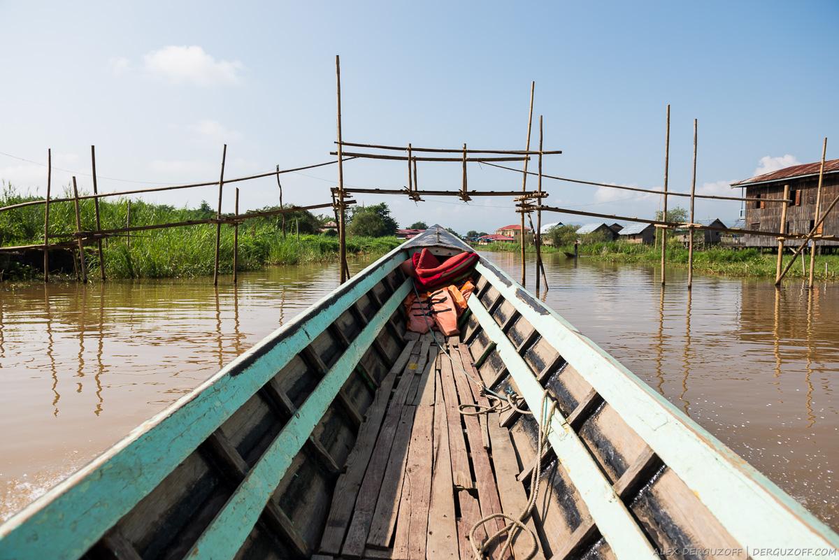 Мост из бамбука на озере Инле