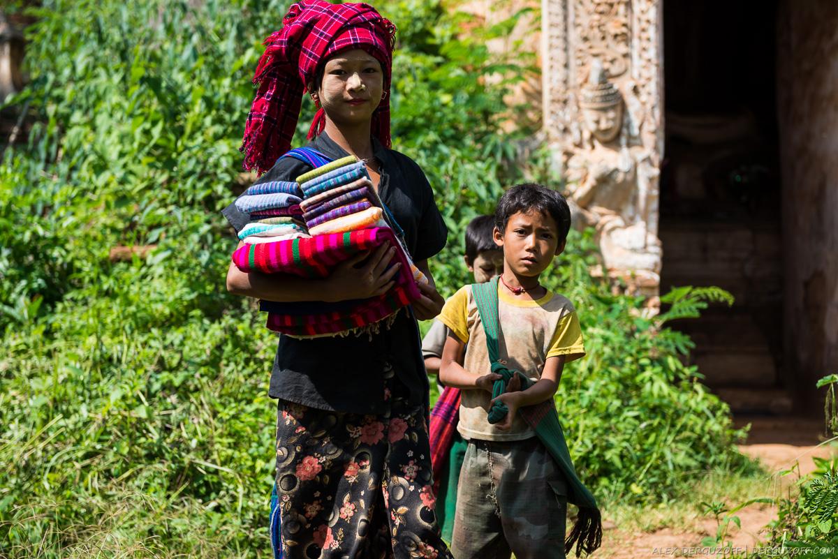 Бирманские дети продают одежду