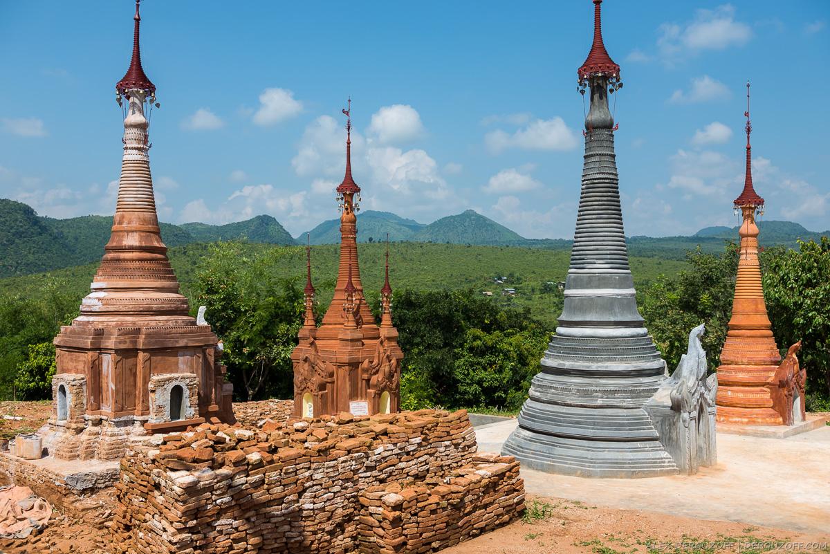 Буддийские ступы на фоне гор