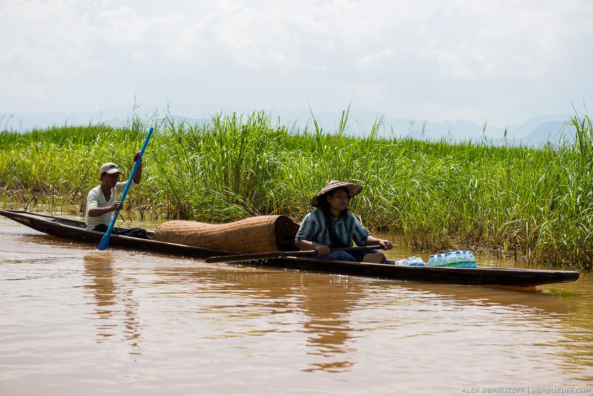 Местные жители озера Инле на лодке
