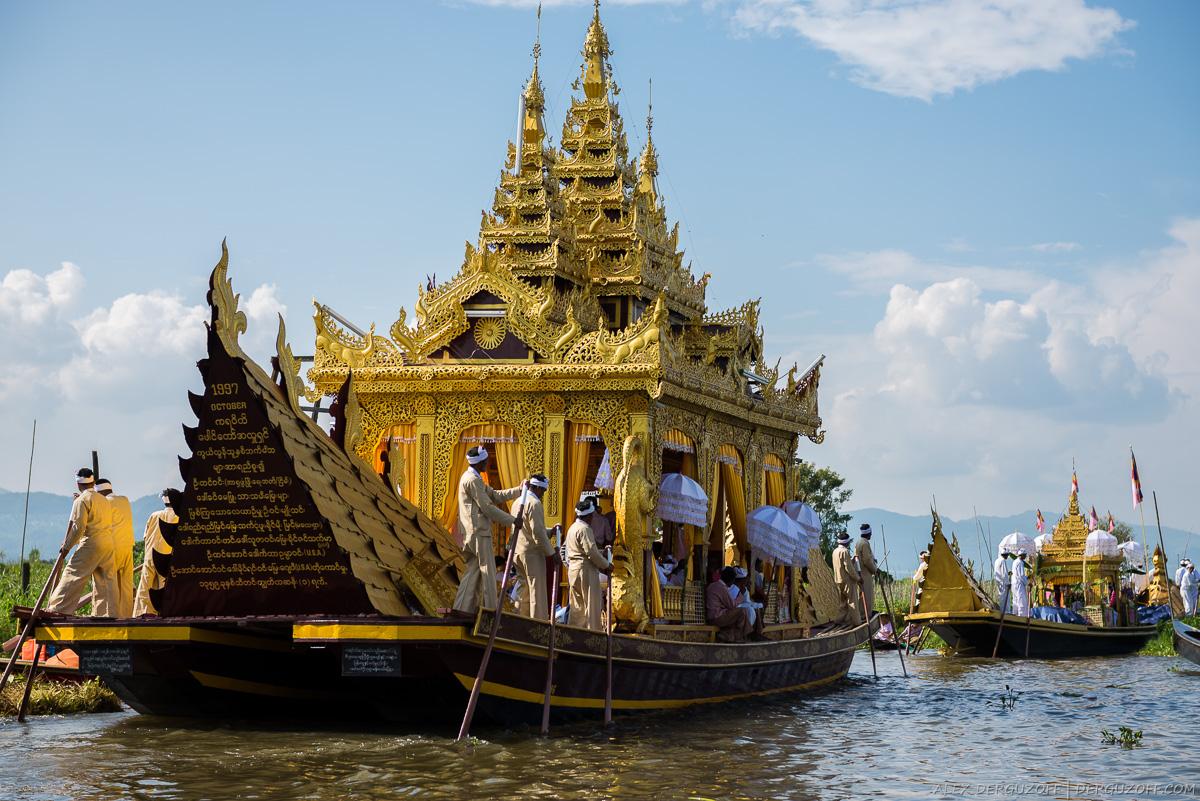 Мужчины с веслами на церемониальной лодке