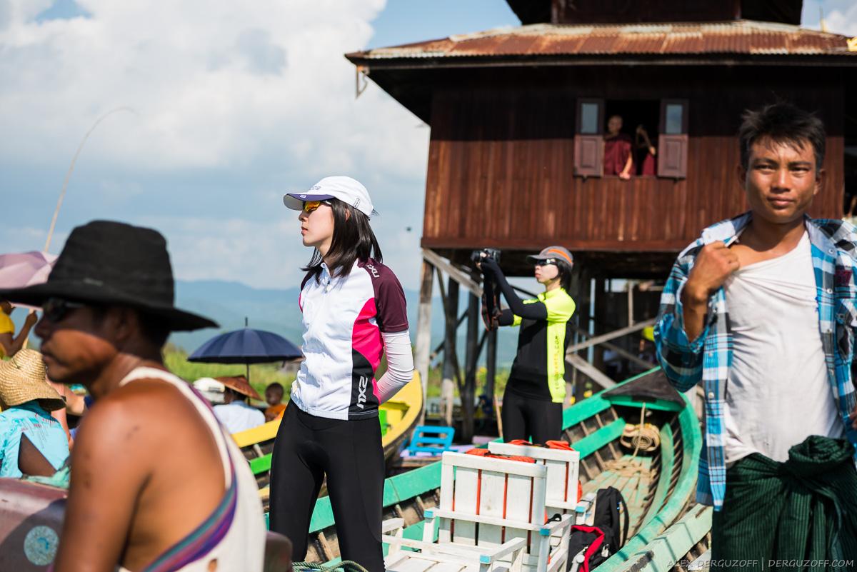 Туристы из Сингапура стоят на лодке