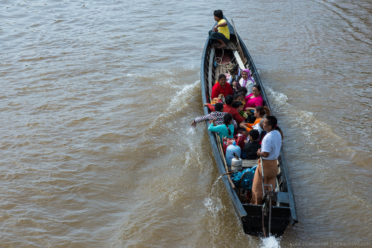 Люди на лодке озеро Инле