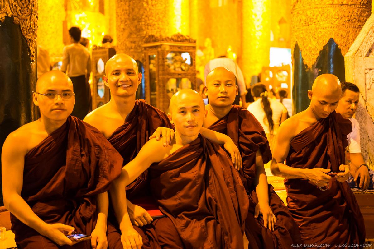 Молодые монахи позируют для фото