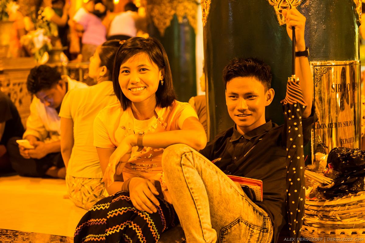 Парень и девушка сидят возле пагоды Шведагон