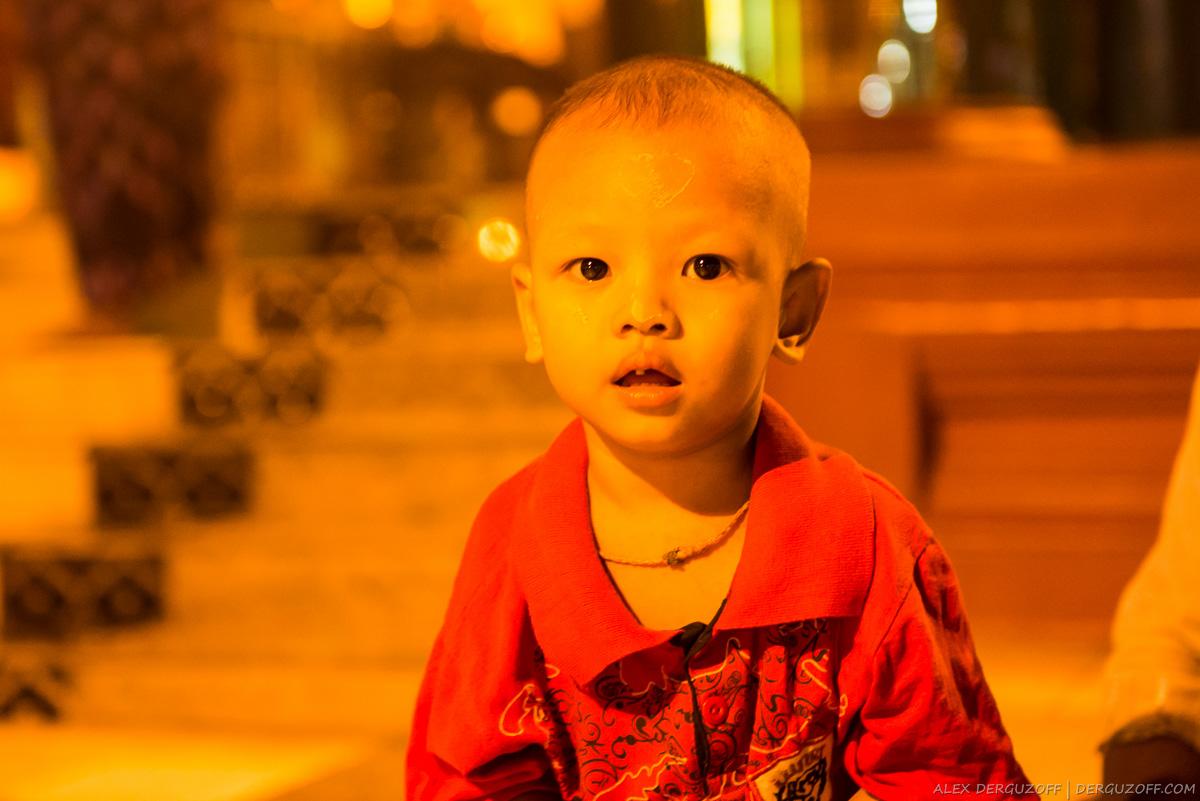 Ребенок позирует для фото Мьянма