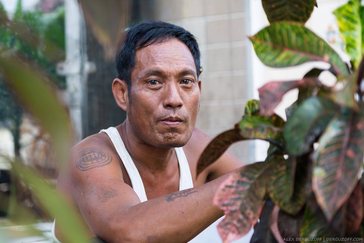 Мужчина с татуировками Бирма