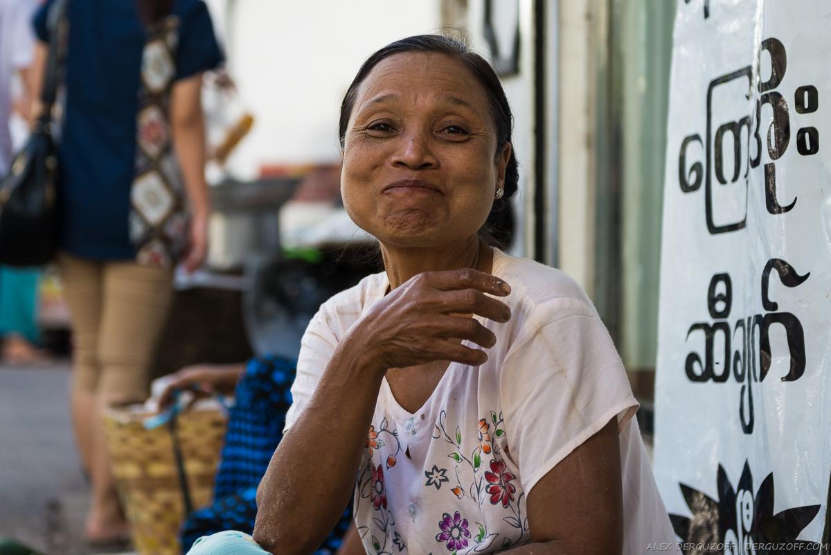 Улыбающаяся женщина на улице Янгона