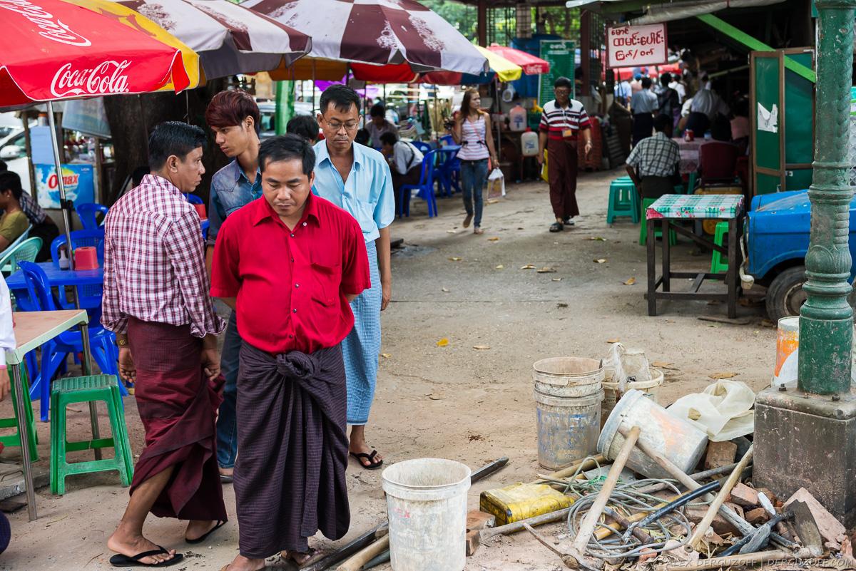 Мужчины в юбках лонджи Мьянма Янгон