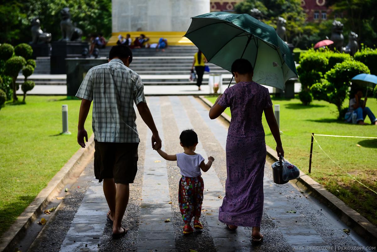 Семейная пара с чайником в парке Янгона