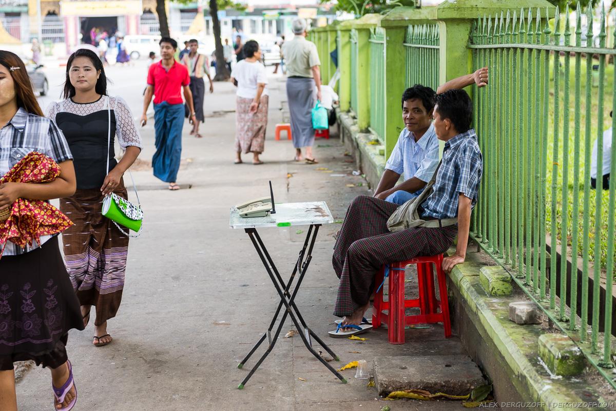 Бирманцы продают услуги сотовой связи