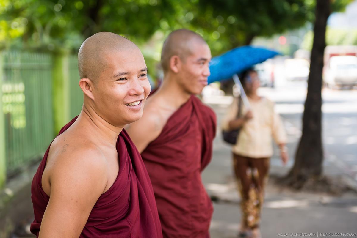 Монахи на улицах Янгона