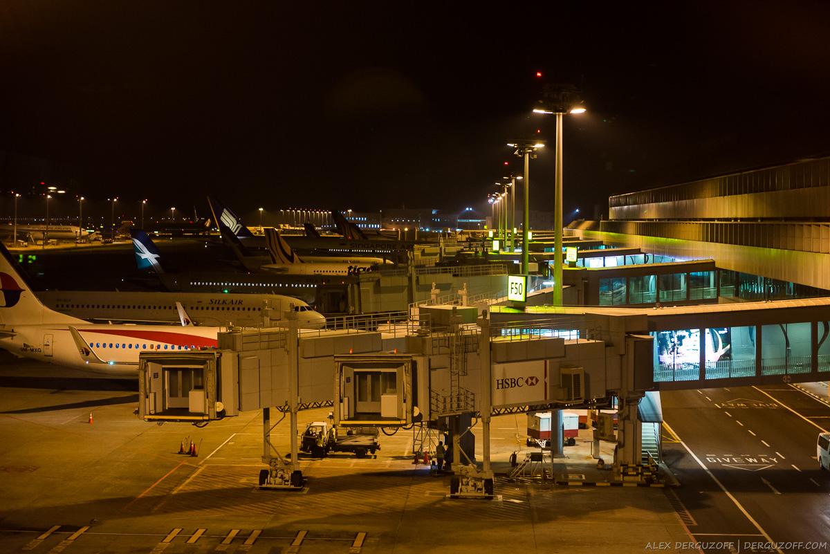Пришвартованные самолеты ночью