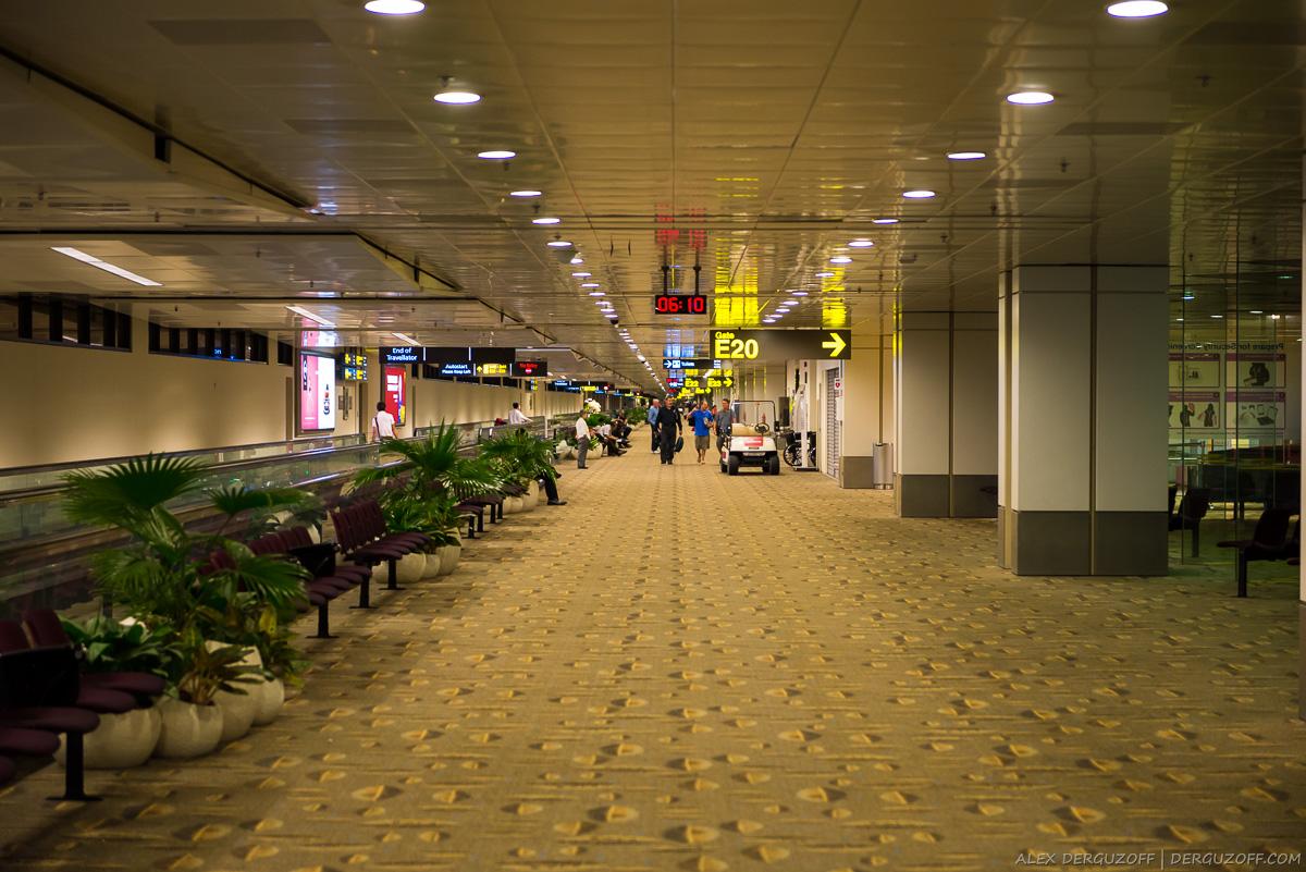 Сингапур аэропорт горизонтальный эскалатор