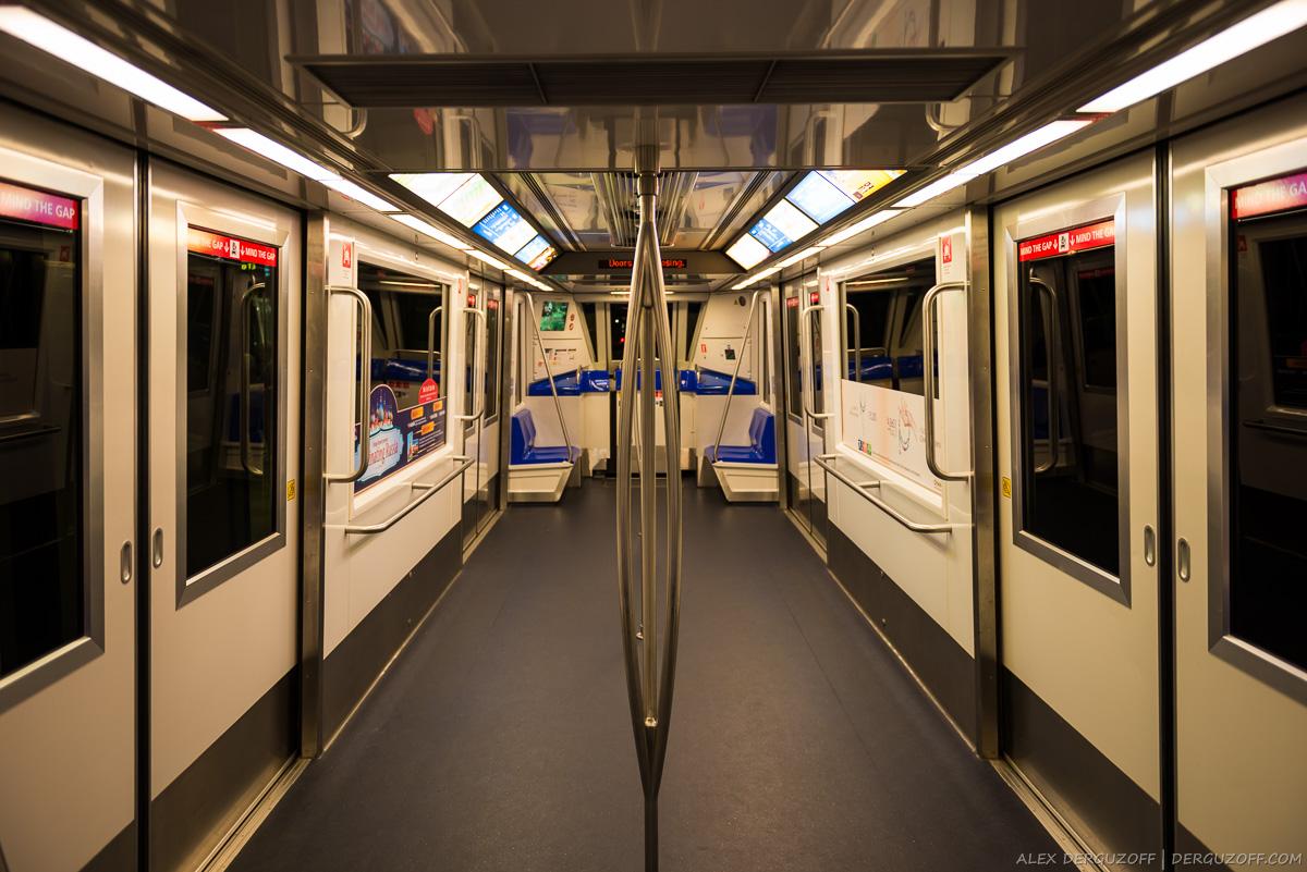 Внутри шаттла Skytrain