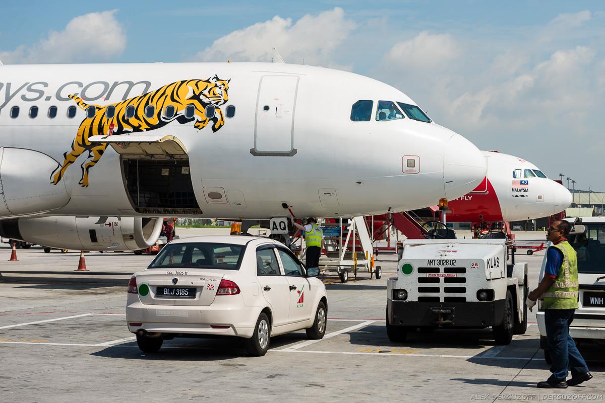 Погрузка багажа в самолет Tiger Airways