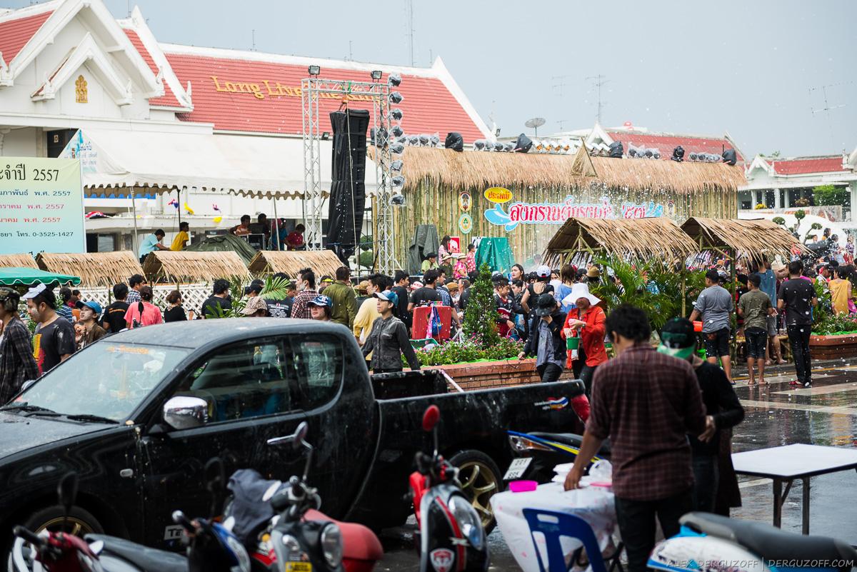 Толпа людей танцует на дороге Таиланд Аюттхая