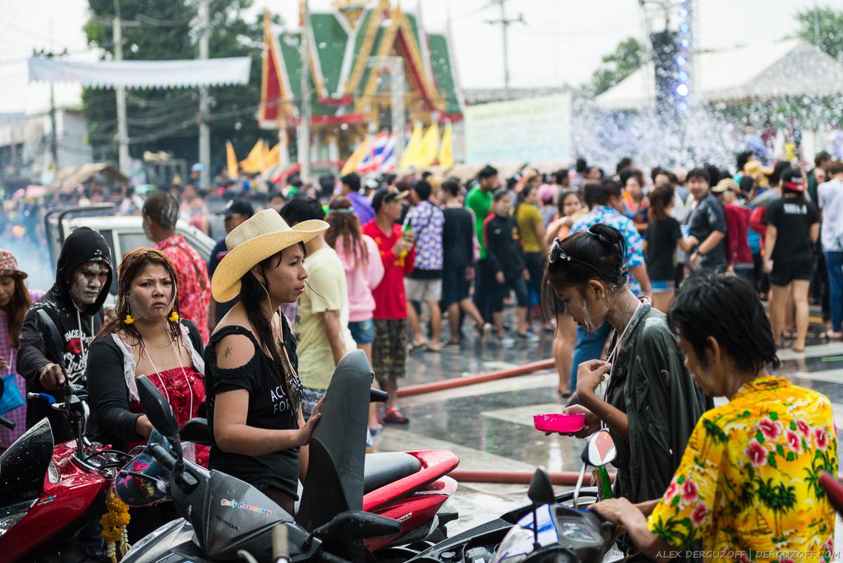 Мокрые тайцы на фестивале Сонгкран