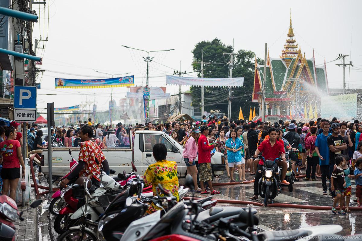 Люди празднуют Сонгкран Таиланд