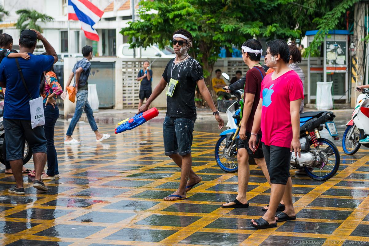 Парень с водяным пистолетом Таиланд Аюттхая