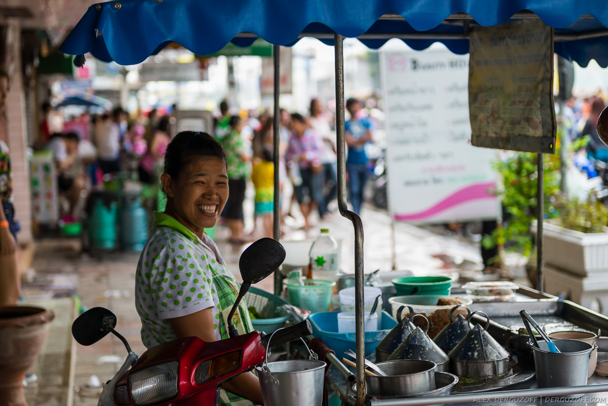 Женщина готовит еду в макашнице