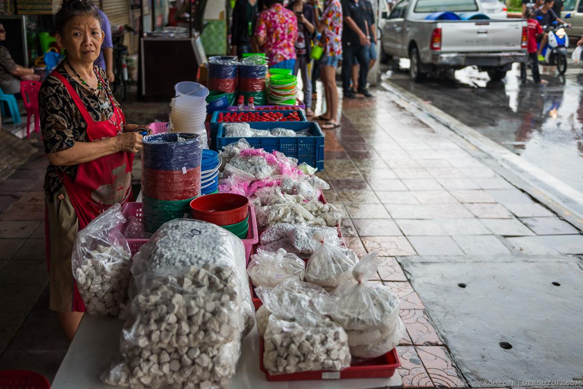 Женщина на улице продает белую глину и тальк