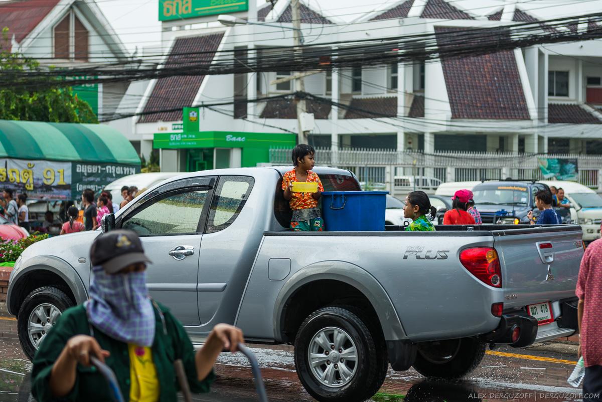 Бочка ледяной воды в пикапе Сонгкран