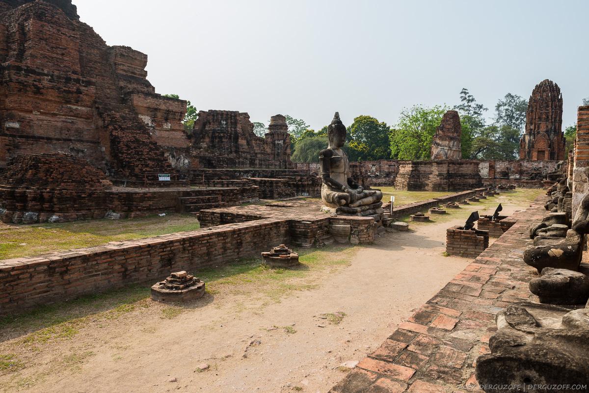 Уцелевшая статуя Будды среди развалин