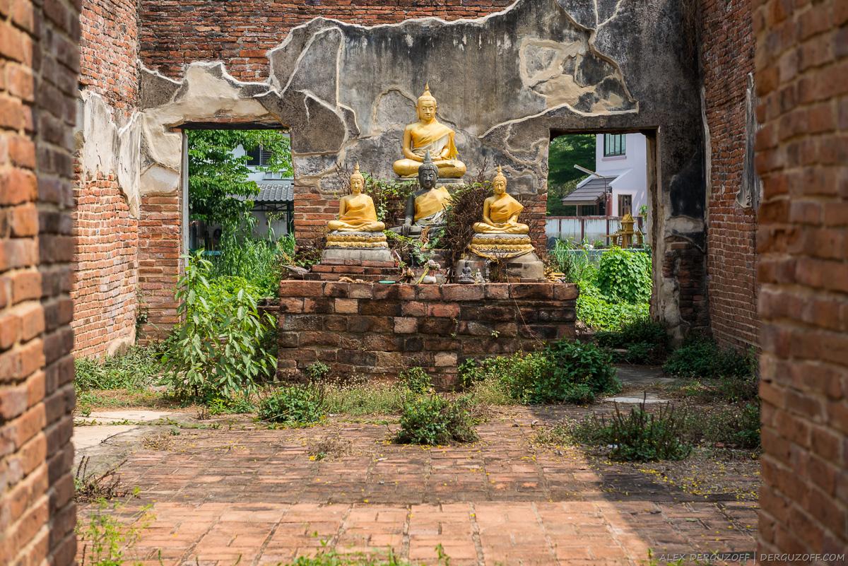 Внутри развалин древнего храма