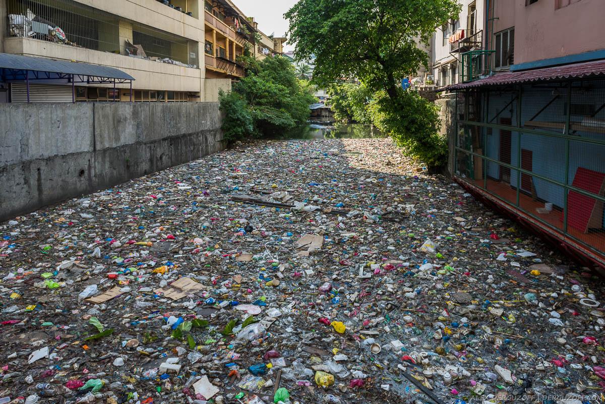 Куча мусора и грязи на в воде канала в Чайна-тауне
