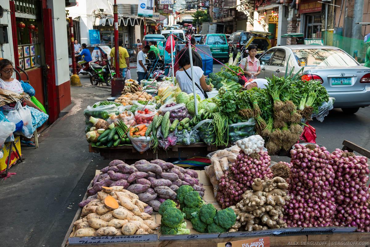 Уличные развалы с овощами Манила Чайна-таун