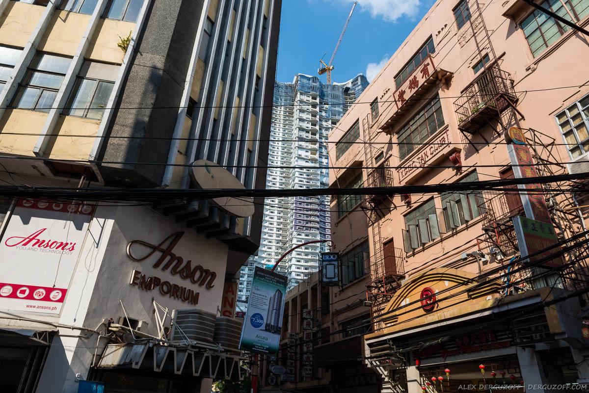Малоэтажные дома на фоне небоскребов Чайна-таун