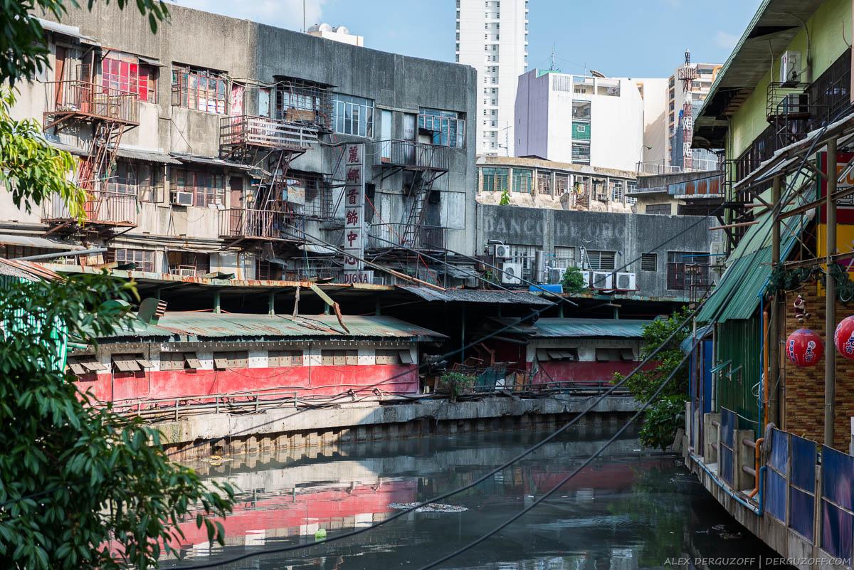 Трущобы на берегу грязного канала Манила Чайна-таун