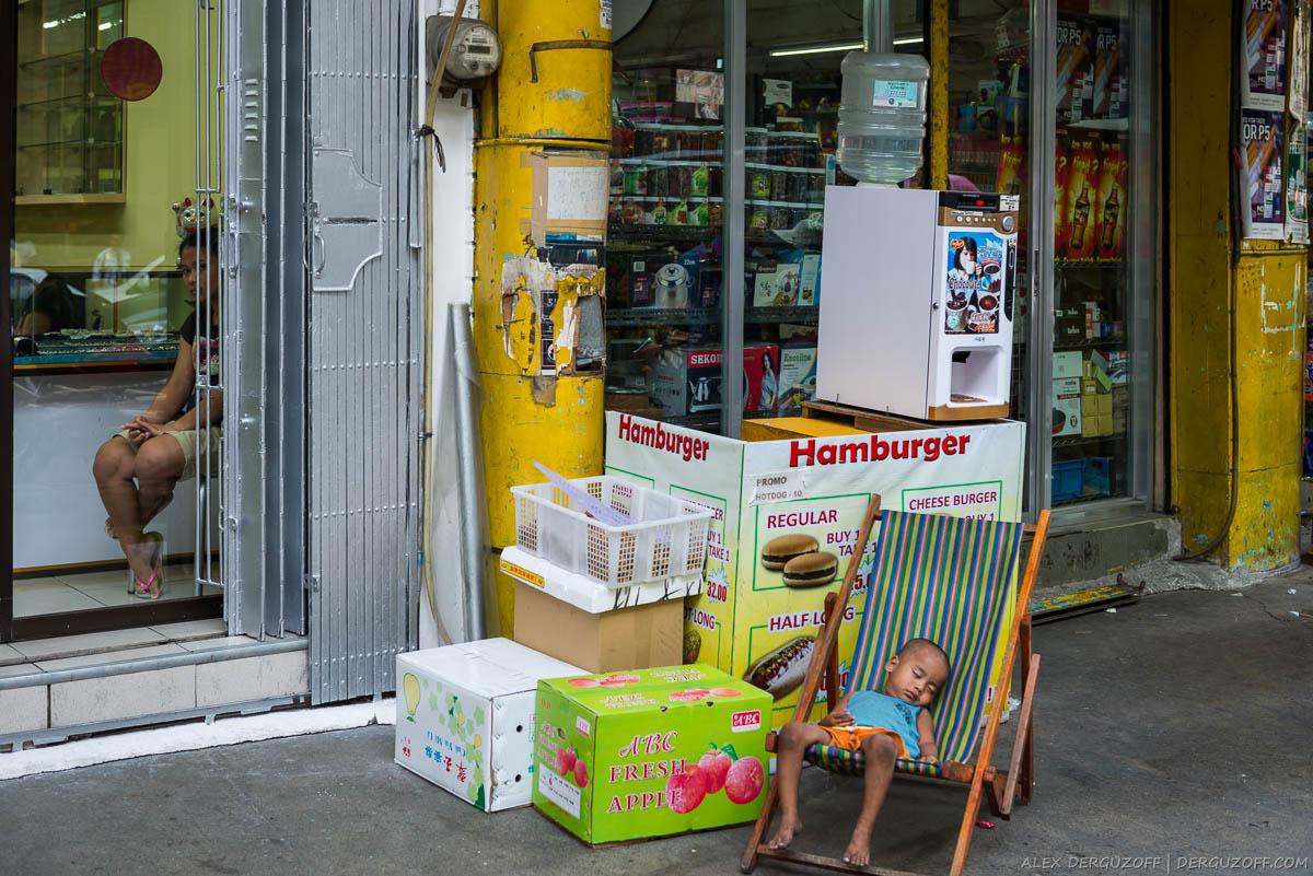 Ребенок спит на стуле Манила Чайна-таун