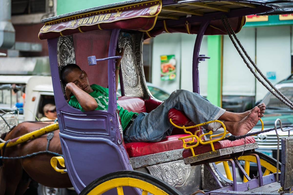 Филиппинец спит в повозке Манила Чайна-таун