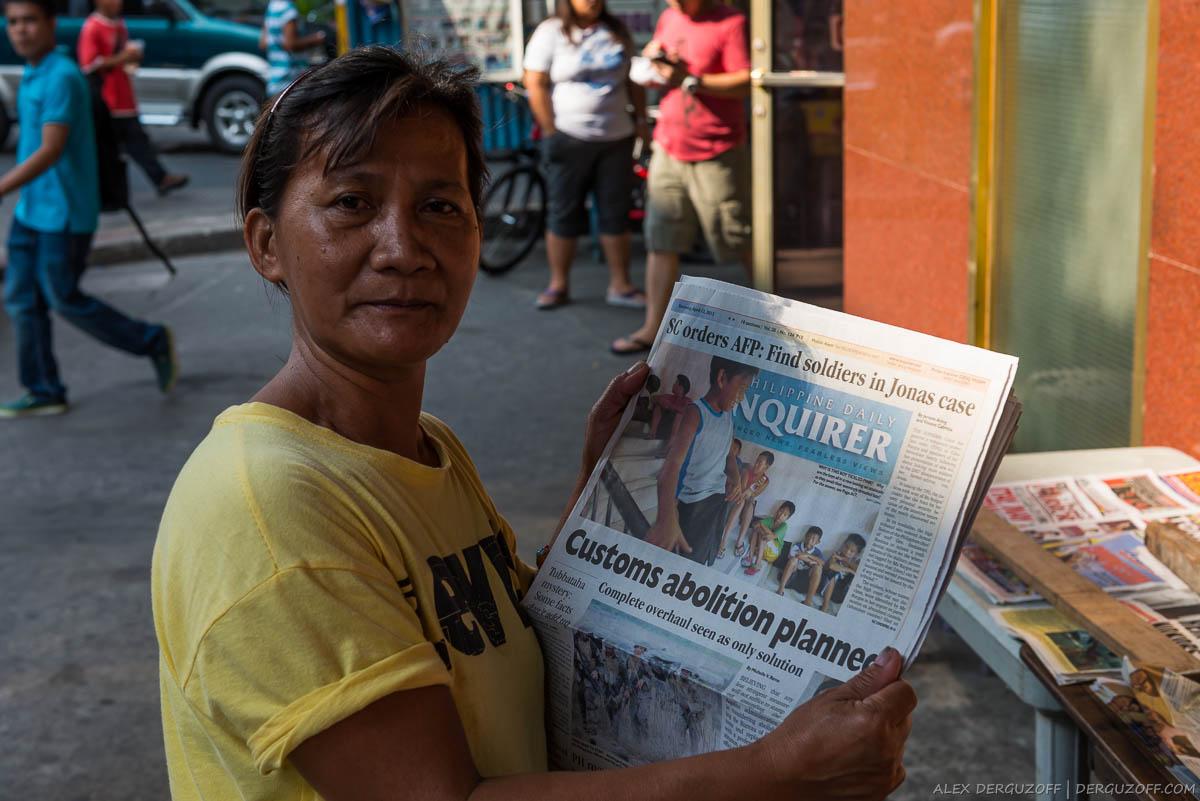 Женщина с газетой Филиппины